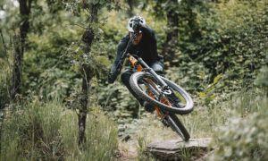 """La Vera – Mountain bike y piscinas naturales en el """"Pirineo extremeño"""" con David Cachon. Imagina un lugar rodeado de montañas, plagado de gargantas y piscinas naturales"""