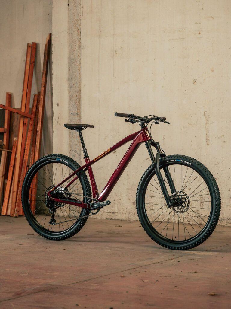 una bicicleta enfocada al Enduro Hardtail que cuenta con un cuadro de carbono y una geometría BRUTAL.
